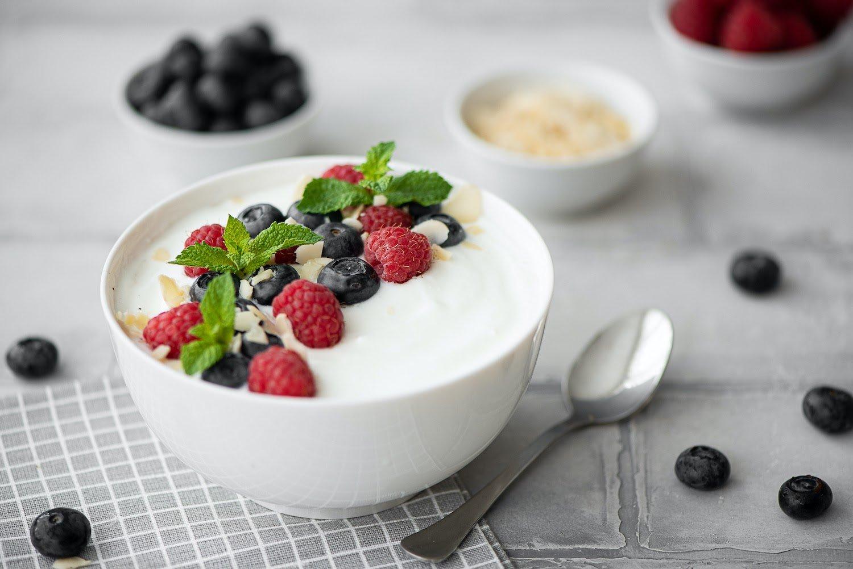 Low FODMAP snacks: Yogurt with blueberries, raspberries, and mint